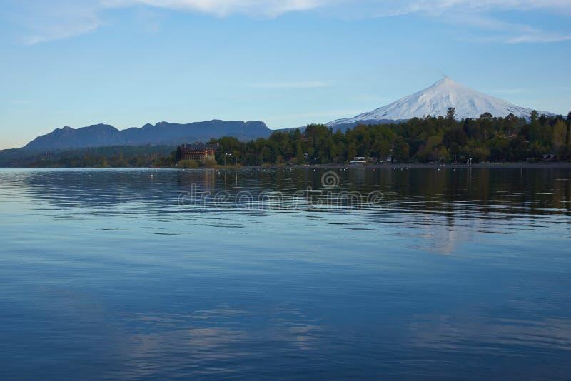 Sjöar och vulkan av Chile arkivfoton