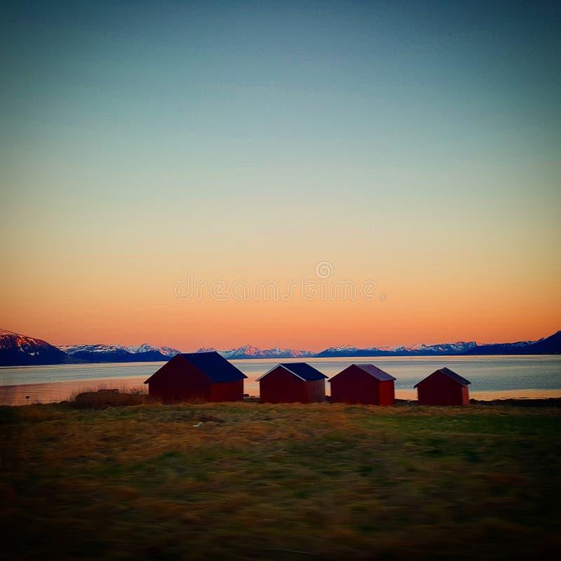 Sjöboder i solnedgång royaltyfria bilder