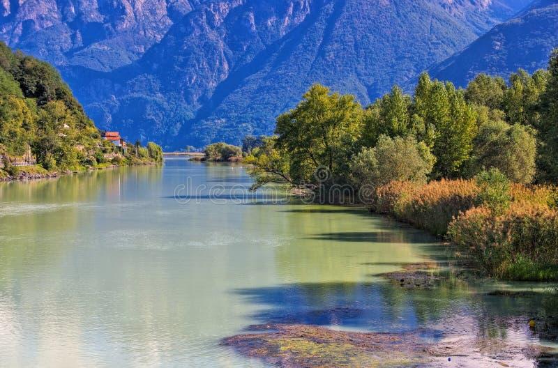 SjöComo kanal till Lago di Mezzola fotografering för bildbyråer