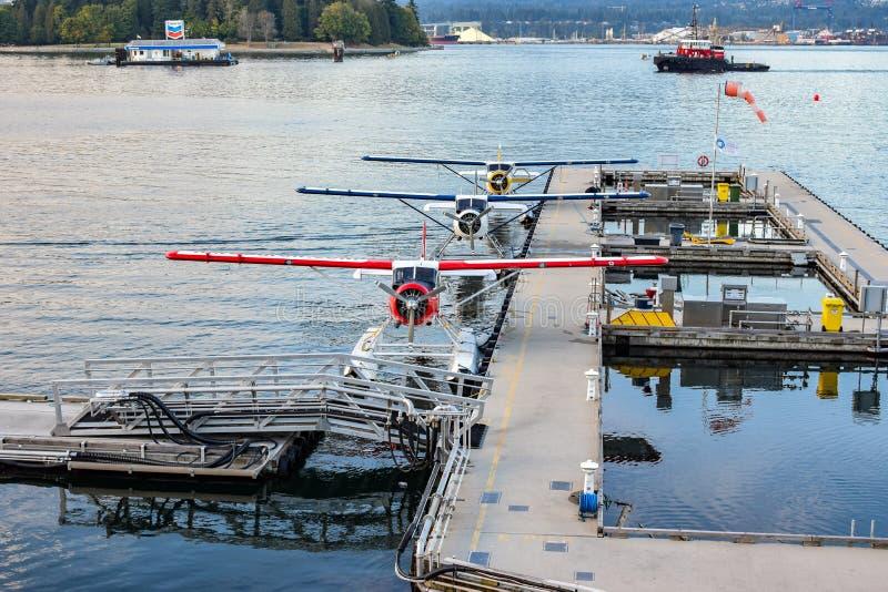 Sjöflygplan/svävar nivåpontonnivåer som anslutas i kolhamnen, i stadens centrum Vancouver, British Columbia arkivfoton