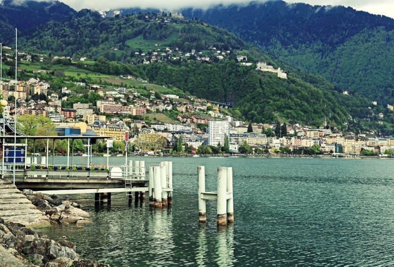 SjöGenève-, fjällängberg och sikt av Montreux arkivbild