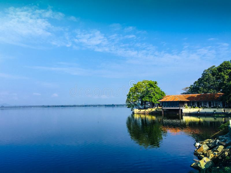Sjöhus med blå himmel arkivbild