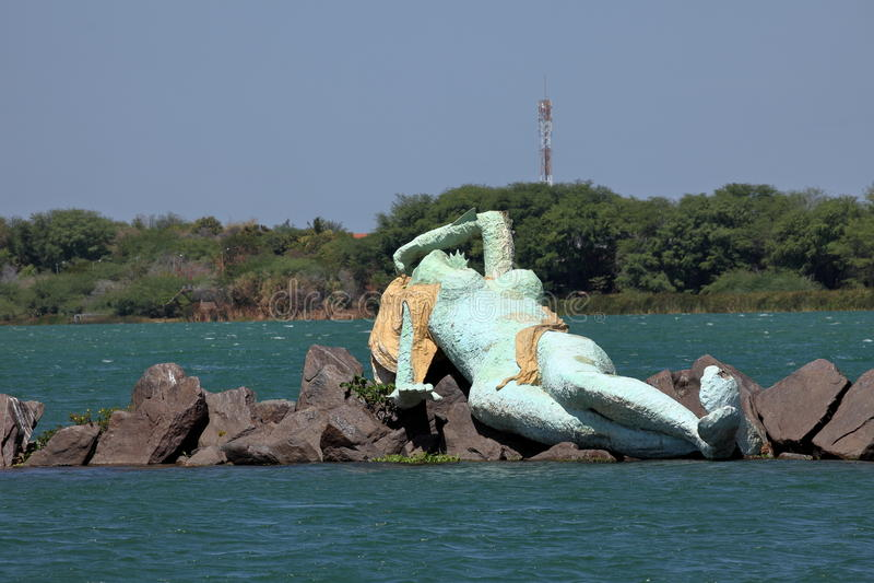 Sjöjungfru och horisont av Petrolina och Juazeiro i Brasilien royaltyfri fotografi