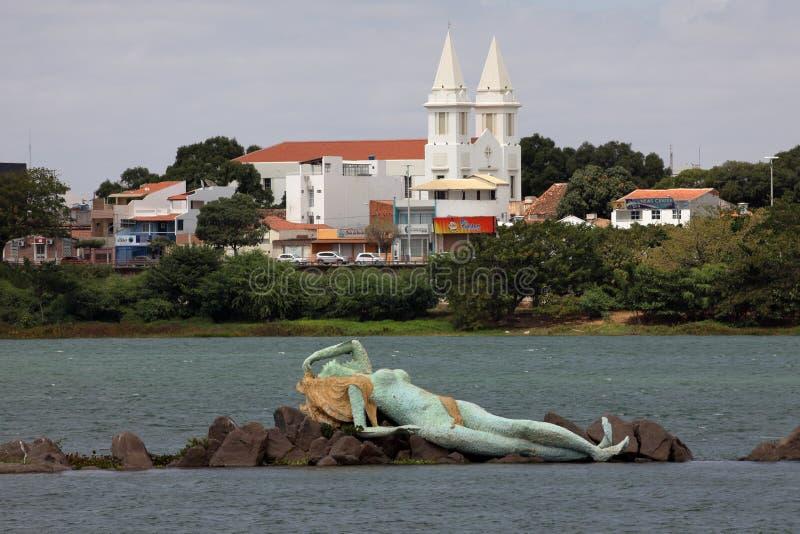 Sjöjungfru och horisont av Petrolina och Juazeiro i Brasilien royaltyfri foto