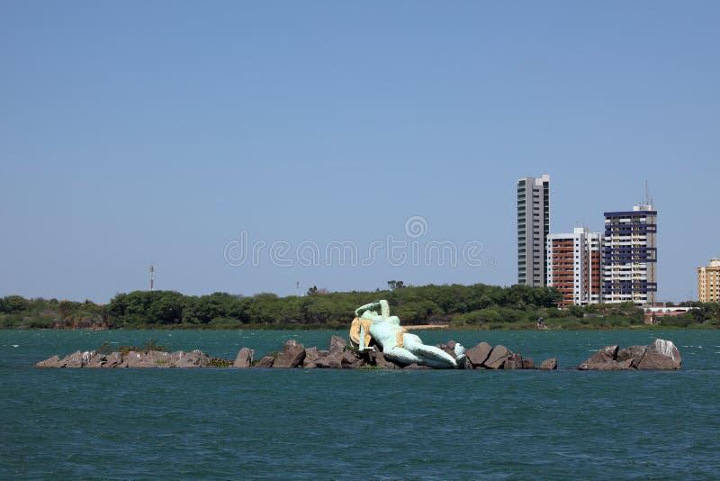 Sjöjungfru och horisont av Petrolina och Juazeiro i Brasilien royaltyfria bilder