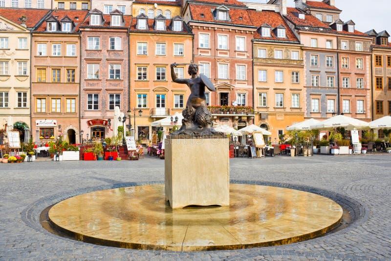 Sjöjungfrun av Warszawa (Syrenka Warszawska) på den gamla staden Marke arkivbilder