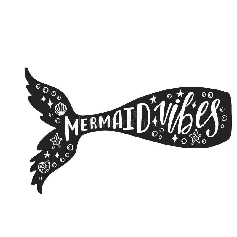 Sjöjungfruvibes Hand dragit inspirationcitationstecken om sommar med svansen för sjöjungfru` s Typografidesign för trycket, affis royaltyfria foton