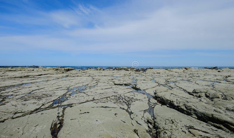 Sjölandskap med berg fotografering för bildbyråer