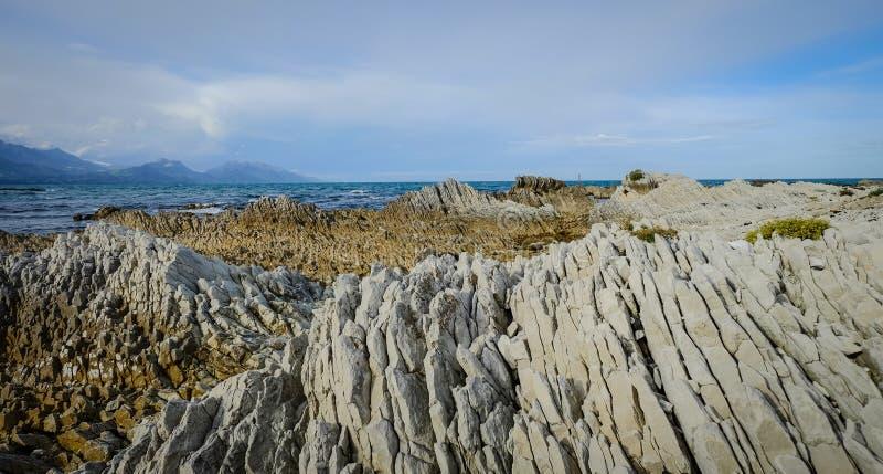 Sjölandskap med berg royaltyfri bild