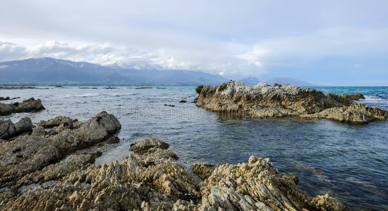 Sjölandskap med berg royaltyfria bilder