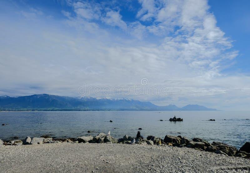 Sjölandskap med berg arkivfoto