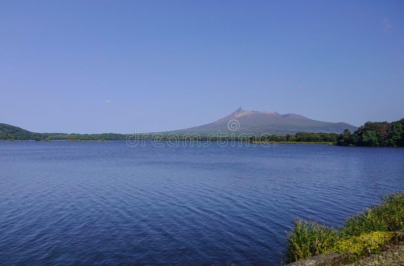 Sjölandskap med berg royaltyfria foton