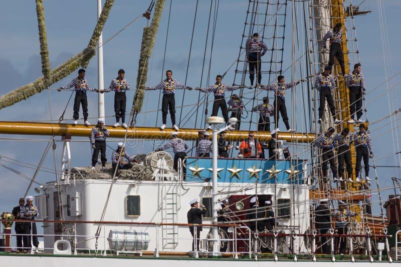 Sjömän i riggingsna royaltyfria bilder