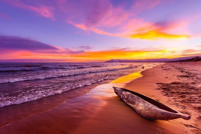 SjöMalawi solnedgång i den Kande stranden Afrika royaltyfria bilder