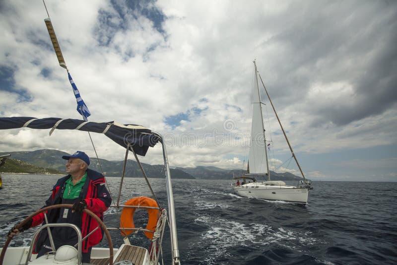 Sjömannen deltar i seglingregatta 11th Ellada 2014 royaltyfri fotografi