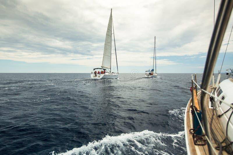 Sjömannen deltar i seglingregatta 11th Ellada 2014 arkivbild