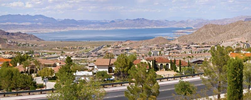 SjöMeade Bolder City Nevada förort och bergpanorama. royaltyfri fotografi