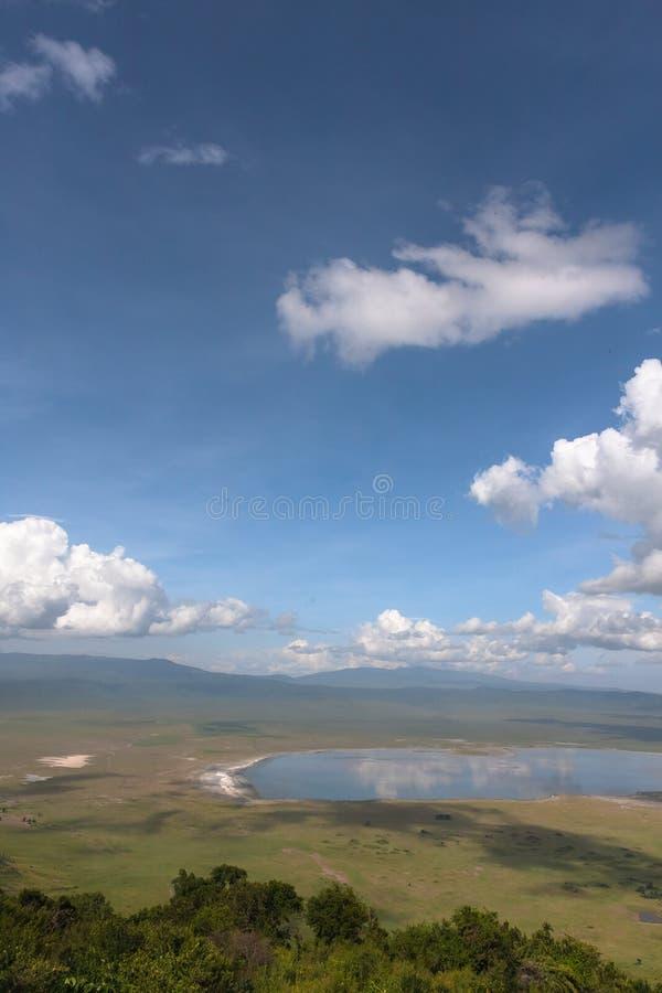 Sjön är inom krater NgoroNgoro Tanzania Afrika royaltyfria foton