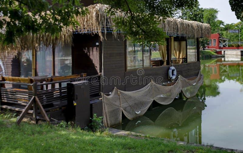 Sjön Ariana med den mysiga vrån för sommaravkoppling med vännen, parkerar den Borisova gradinaen royaltyfri fotografi