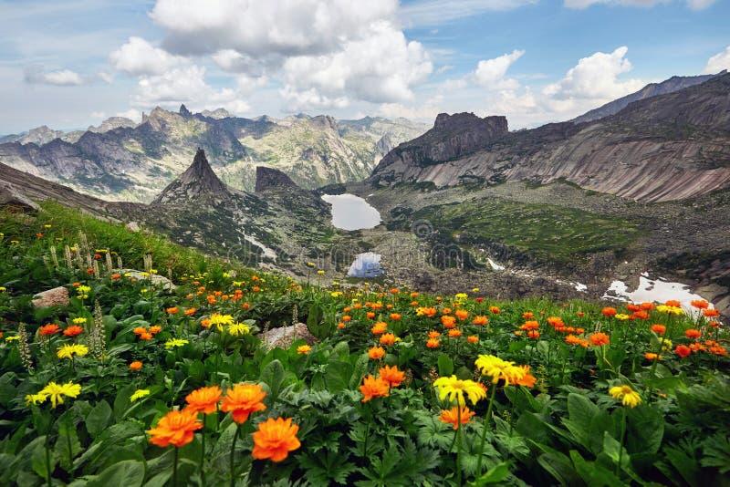 Sjön av bergandar som är naturlig parkerar Ergaki, Sibirien, Ryssland royaltyfria bilder