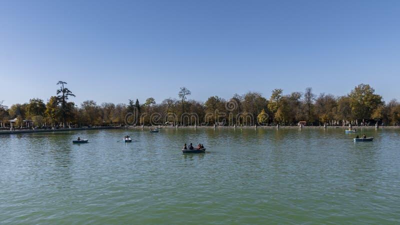 Sjön av Retiroen parkerar i staden av Madrid royaltyfria foton