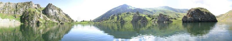 Sjön i berg, panorama 180 royaltyfria bilder