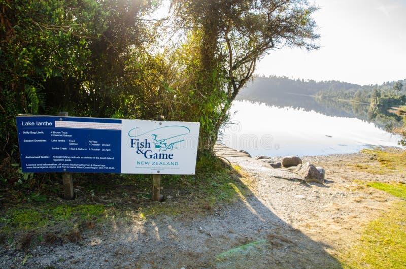 Sjön Ianthe/Matahi är en sjö som lokaliseras på västkusten av Nyas Zeeland södra ö, är populär för rodd, simning royaltyfri bild