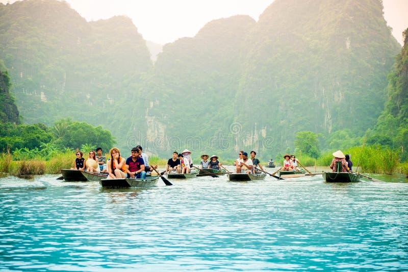 Sjön kryssar omkring i sommar royaltyfri bild