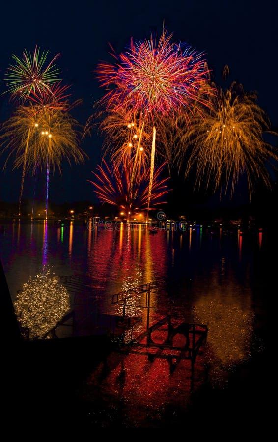 Sjön Madison och staden av Madison, South Dakota firar 4th Juli med fyrverkerier arkivfoto