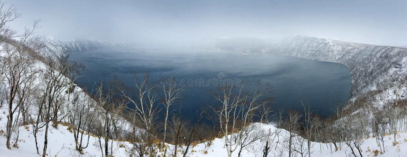 Sjön Mashu, den endorheic kratersjön bildade i calderaen av en potentiellt aktiv vulkan, Akannationalparkvulkan, Hokkaido, Ja arkivfoton
