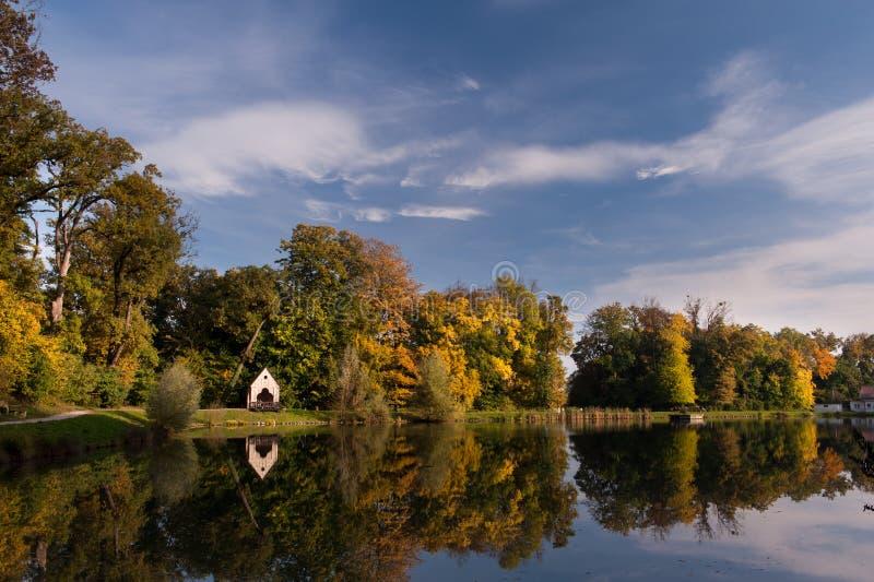 Sjön med blå himmel, Zagreb parkerar, Kroatien royaltyfri foto