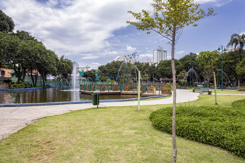 Sjön med springbrunnen parkerar in Santos Dumont, Sao Jose Dos Campos, Brasilien royaltyfria foton
