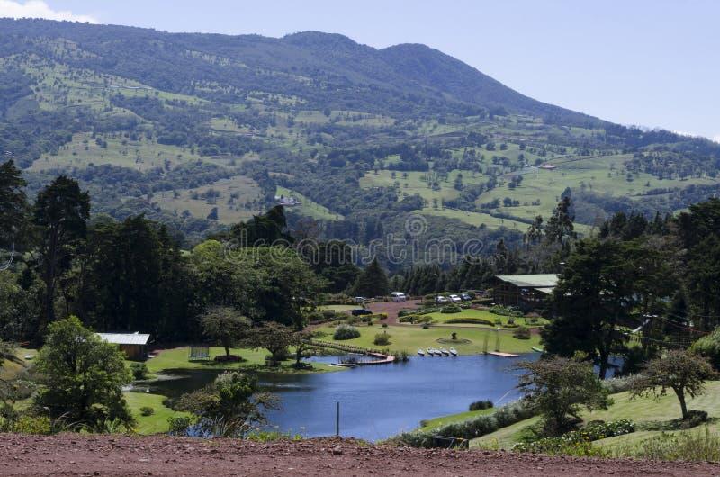 Sjön nära berget royaltyfri foto