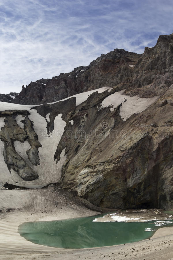 Sjön nära krater av vulkan Mutnovsky, Kamchatka, Ru royaltyfria bilder