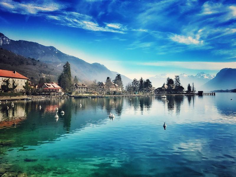 Sjön på Talloires royaltyfri bild