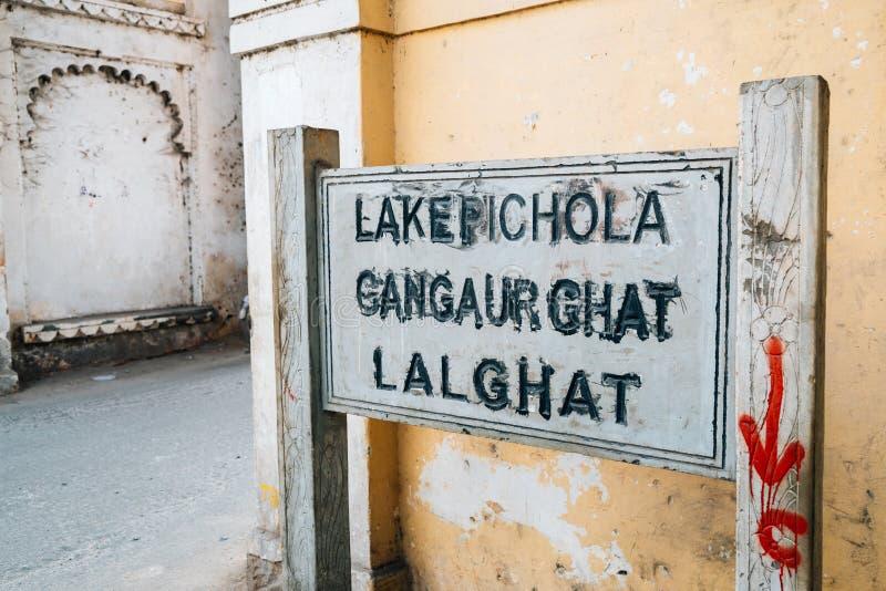 Sjön Pichola, Gangaur Ghat, Lal Ghat undertecknar in Udaipur, Indien arkivbilder