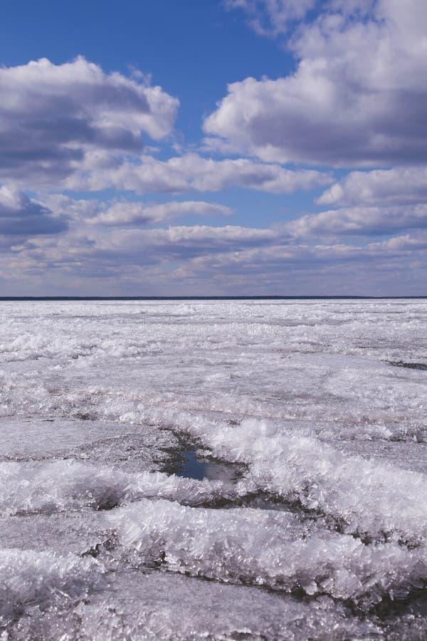 Sjön som på våren täckas med is Himmel is, bakgrund arkivbilder