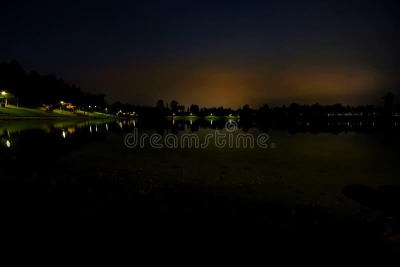 Sjön, tystnaden, natten royaltyfri fotografi