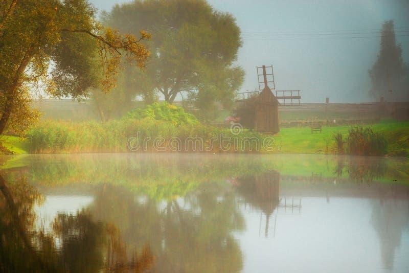 Sjönaturlandskap av den härliga litauiska naturen royaltyfria bilder
