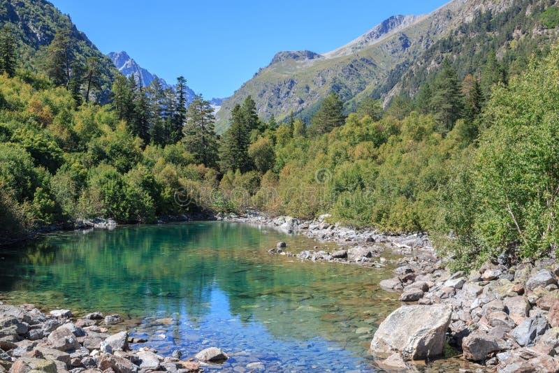 Sjöplatser i berg, nationalpark Dombai, Kaukasus, Ryssland, Europa royaltyfri bild