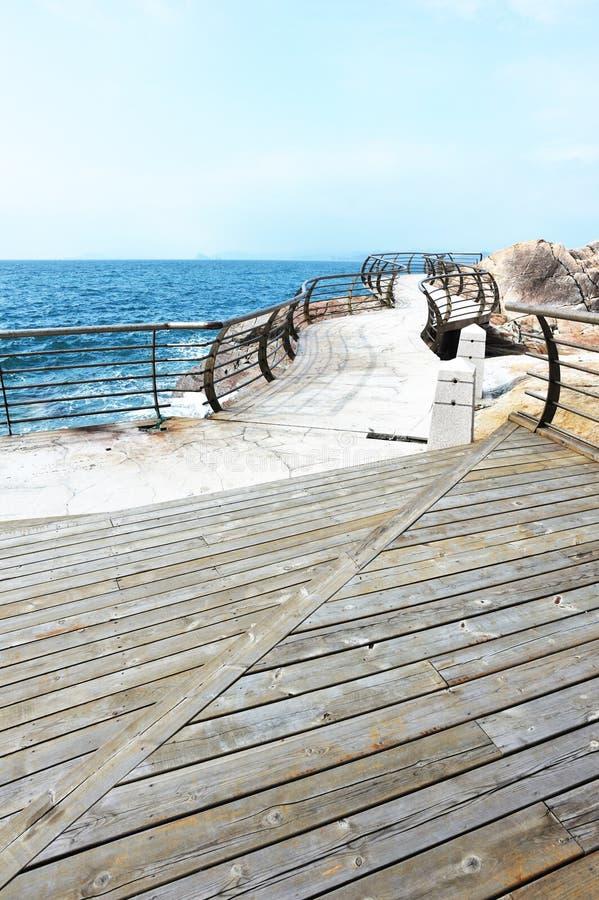 sjösida för däcksplankaväg arkivfoto