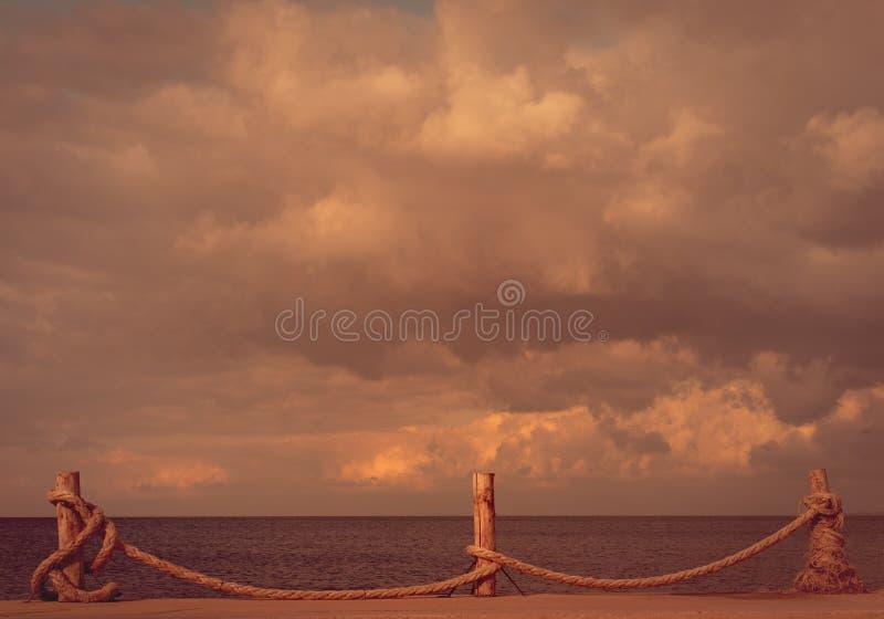 Sjösida och molnig himmel i höst arkivfoton