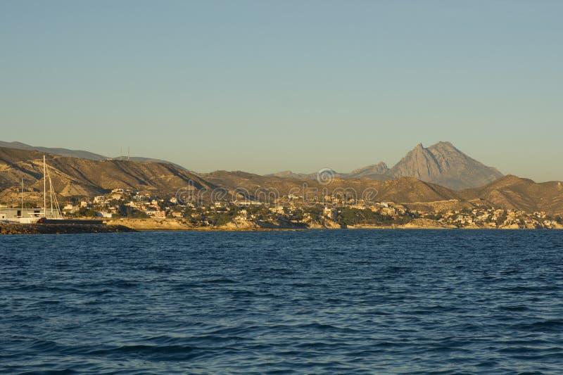 Sjösida på El Campello, Spanien royaltyfri bild