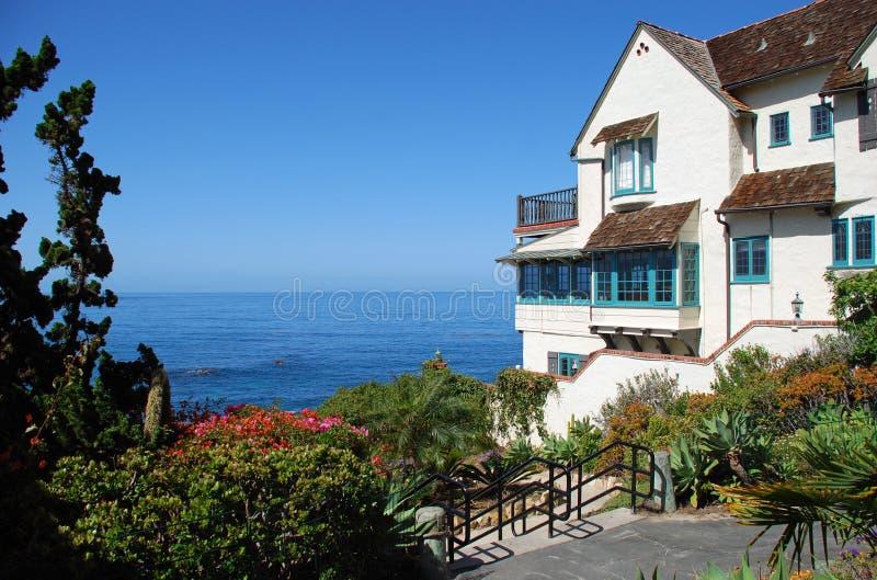 Sjösidahem på träliten vikstranden i Laguna Beach, Kalifornien royaltyfria bilder