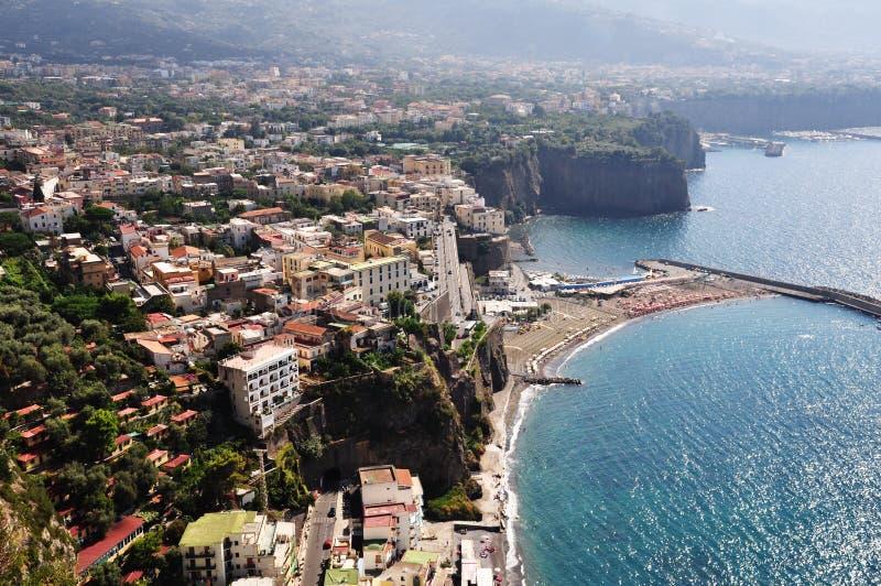 Sjösidaklippa i Sorrento, Amalfi kust - Italien royaltyfria bilder