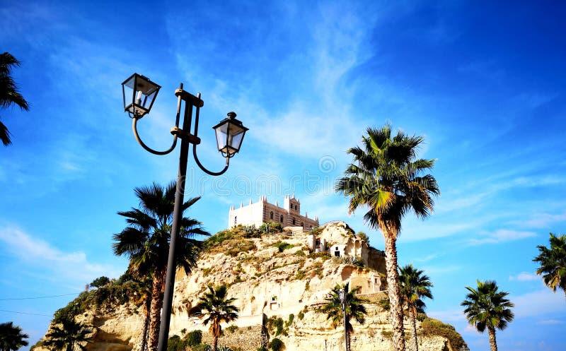 Sjösidakloster på en kulle Tropea Calabria Italien royaltyfria foton