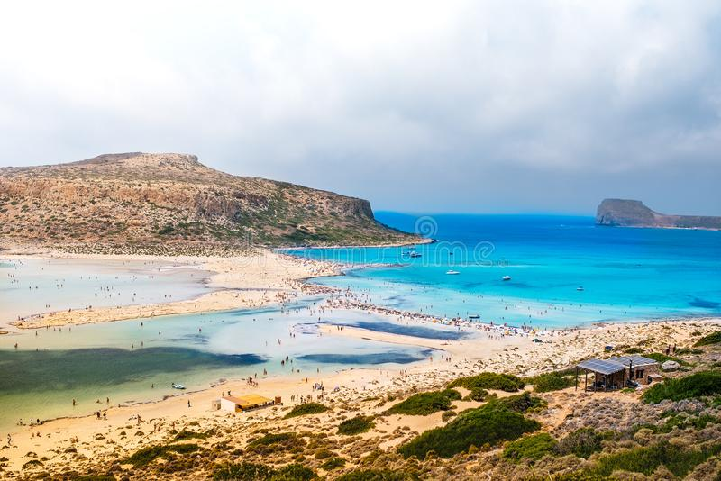 sjösidalandskaplandskap med färgglat havsvatten och blåa himlar för frikänd royaltyfri bild