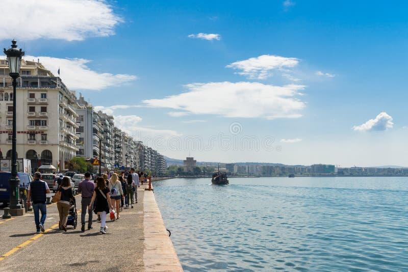 Sjösidapromenad av Thessaloniki, Grekland, turnerar fartyget och det vita tornet royaltyfri fotografi