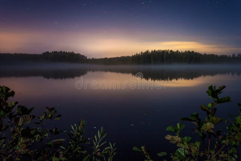 Sjösikt på natten fotografering för bildbyråer