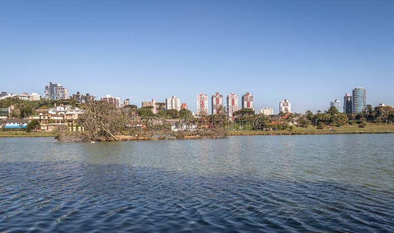 Sjösikten av Barigui parkerar och stadshorisont - Curitiba, Parana, Brasilien royaltyfri foto